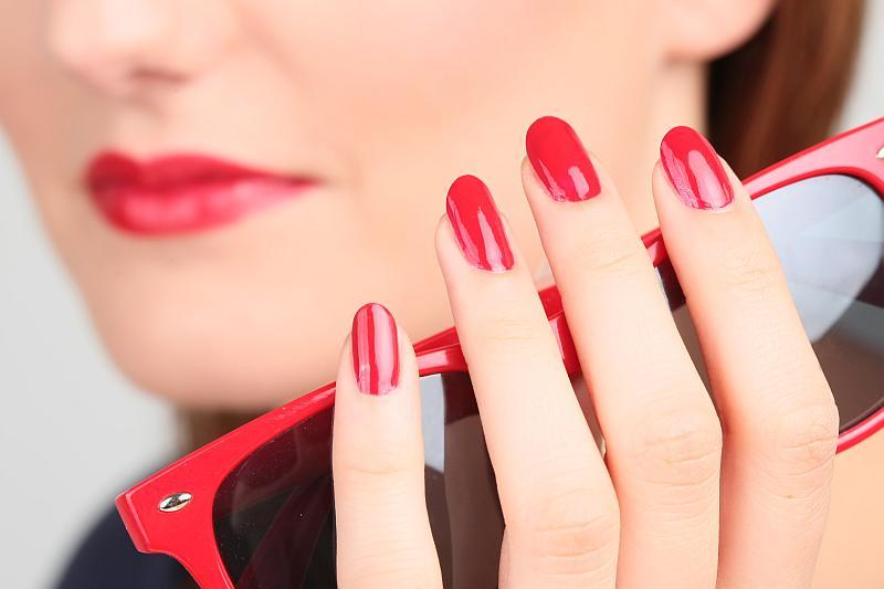 manicure hybrydowy z brokatem